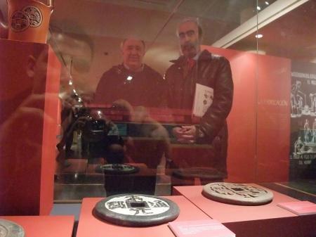 Con Joaquin Lizana en su exposición de monedas y amuletos chinos.