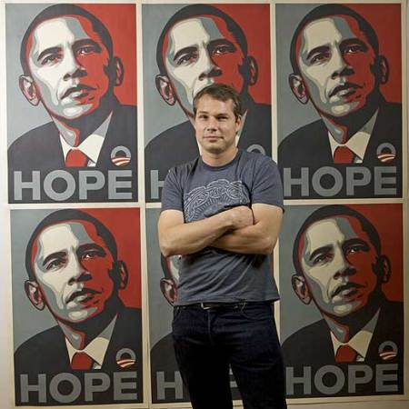 Shepard Fairey, autor del retrato de Obama, pillado haciendo pintadas.