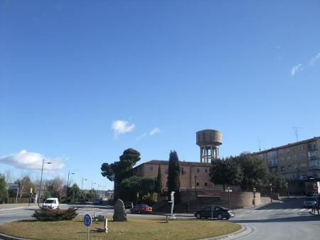 Huesca. En primer plano, Glorieta del Convento de las Miguelas. Al fondo, Residencia Casa Amparo (residencia de mayores). En el paisaje, la silueta del Depósito del Agua.
