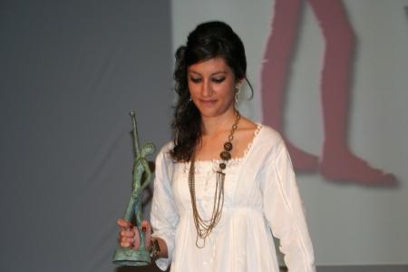 Lidia Bergua portando la estatuilla del escultor Alberto Gómez Ascaso.