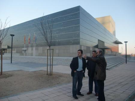 Huesca. En la fotografía y de izquierda a derecha, Carlos López, Jesús Colás y Fernando Elboj. Al fondo el Palacio de Congresos.