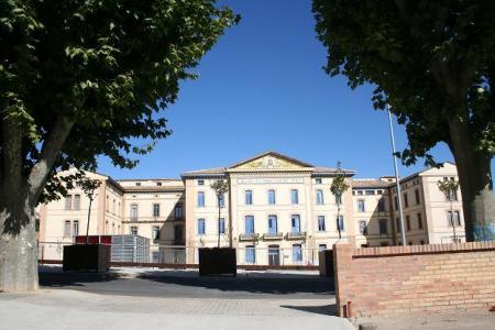 Huesca. Campus Universitario. Fachada edificio principal. Plaza de la Constitución.