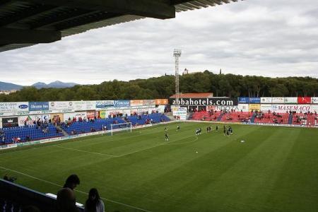 Huesca. Campo de fútbol El Alcoraz. Al fondo-izquierda, la Sierra de Guara. En el fondo-centro, la Ermita de San Jorge.