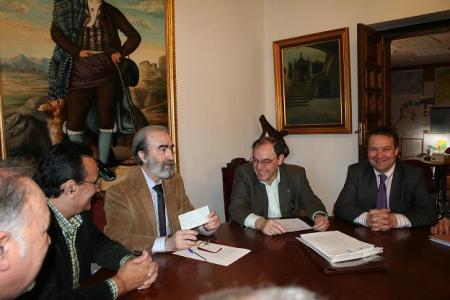 Huesca. Acto firma compra-venta de una parcela para construir vivienda de proteción oficial, VPO.