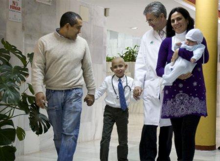 Andrés, con corbata, acompañado de su familia y el médico que le trató.
