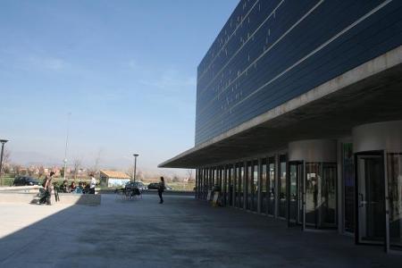 Huesca. Palacio de Congresos. Fachada principal. Al fondo, Área 7 (pronto, Sector 7). A lo lejos, Sierra de Guara.