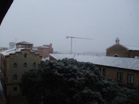 Huesca. Media tarde del día de ayer. Nieva con fuerza, no acaba de cuajar... Paisaje del Casco Antiguo.