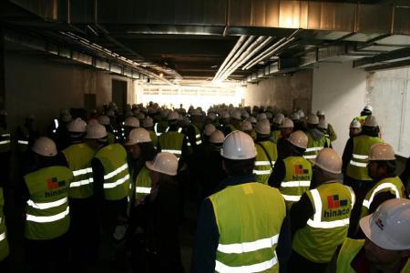 La sociedad oscense se interesó constantemente por el proceso de construcción del Palacio de Congresos. En la fotografía, una asistencia masiva de representantes empresariales, sindicales, ciudadanos,... en general.