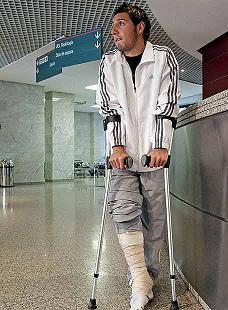 Santi Cazorla sufre rotura de peroné.