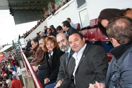 Huesca. Campo de El Alcoraz. De izquierda a derecha, Oscar Fle, Álvaro Burrell, María Victoria Broto, Fernendo Elboj y Armando Borraz.
