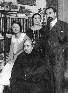 Fernando de los Ríos junto a su familia