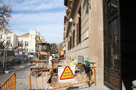 Huesca. Centro ciudad. A la derecha, fachada Hacienda; al fondo izquierda, el edificio del Casino oscense. En obras.