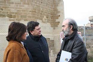 De izquierda a derecha: Pilar Bolea, Manuel López y Fernando Elboj, junto a Santa Marí in Foris.