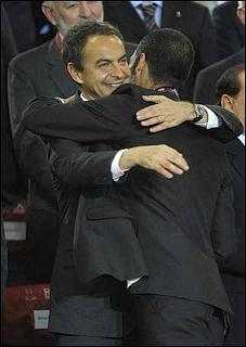 El Presidente Rodríguez Zapatero abraza al entrenador Pep Guardiola
