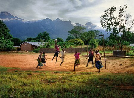 Iguales oportunidades: Sin diferencias de género. Chicos y chicas juegan al baloncesto en una escuela de Nkhulambe.