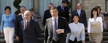 Patxi López (en el centro), con los Consejeros de su Gobierno, el día 9 de mayo tras la toma de posesión.