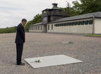 Barack Obama aprovechó ayer su simbólica al campo de exterminio nazi de Buchenwald (en la foto), en el Este de Alemanía, para ponerlo como ejemplo de la posibilidad de reconciliación entre enemigos. El Presidente de Estados Unidos afirmó que ahora es el momento para negociar un acuerdo de paz entre israelíes y palestinos.