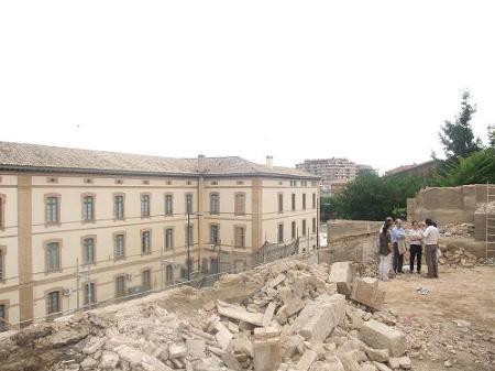 Huesca. Nuevo paisaje. Derribos sobre la Muralla. A la izquierda, edificio de la Universidad de Empresariales.