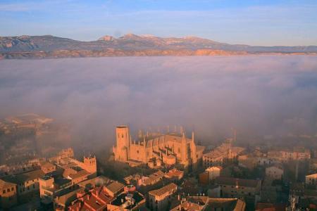 Huesca ciudad. Vista aérea. La niebla símbolo de interrogantes, de preguntas, de una constante búsqueda.
