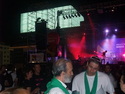 Con Israel. Al fondo, la linterna del Palacio de Congresos de Huesca.