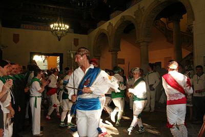 Mañana del día de  San Lorenzo. Los Danzantes bailando en el patio del Ayuntamiento de Huesca.